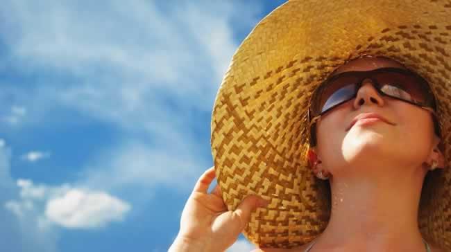 Mulher-com-chapéu-e-óculos-de-sol
